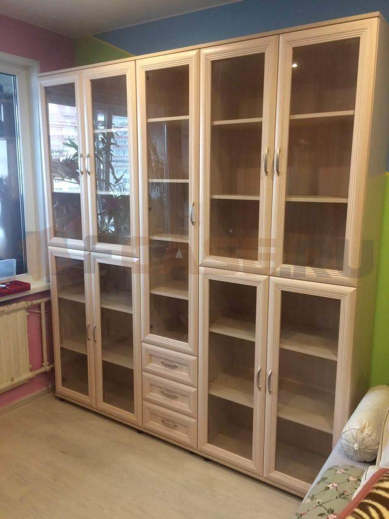 Закрытый книжный шкаф со стеклянными дверцами мод-107